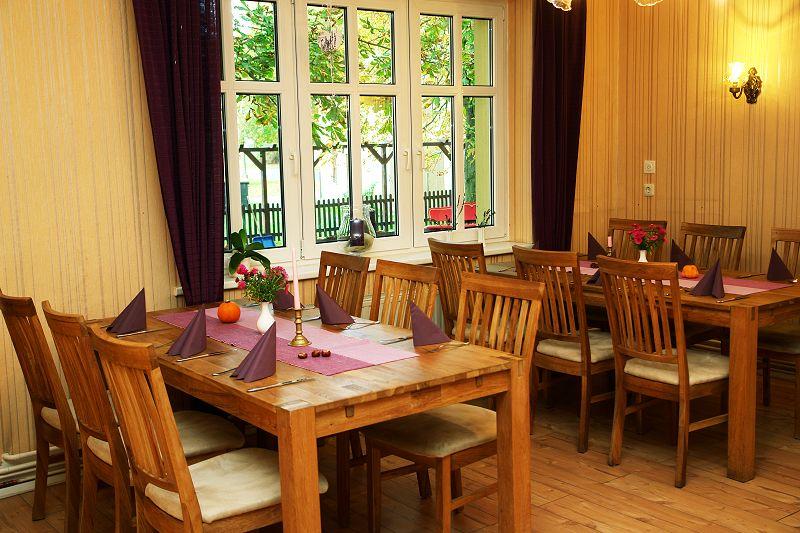 Gaststätte Kastanienhof Uckermark - Tische am Fenster zum Hof